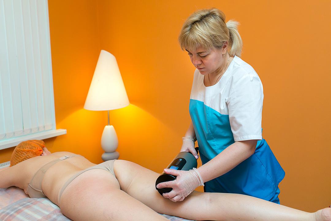 Мастер массажа Алена Владимировна Марченко во время проведения процедуры